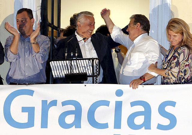 Juan Ignacio Zoido celebra el triunfo en el balcón de la sede regional del PP, junto a Javier Arenas. | F. Ruso
