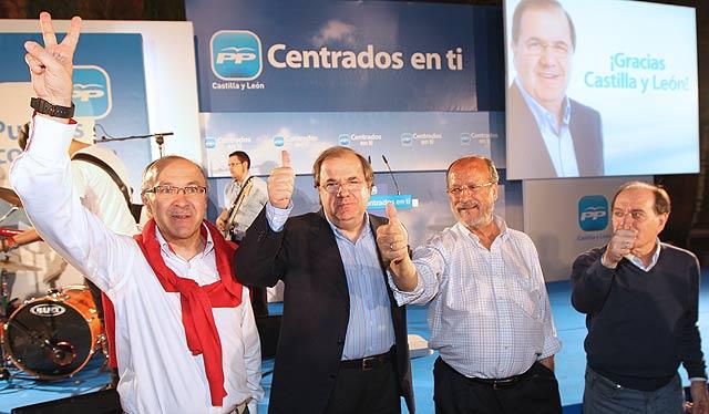 Ruiz Medrano, Herrera, León de la Riva y Villanueva muestran su satisfacción.. | J. M. Lostau