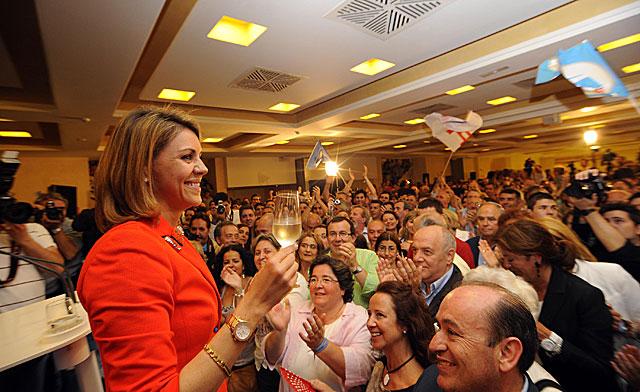 María Dolores de Cospedal brinda con simpatizantes del PP tras conocer su victoria.