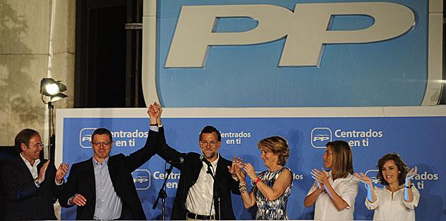 García-Escudero, Gallardón, Rajoy, Aguirre, Mato y Sáenz de Santamaría saludan desde el balcón de Génova. | Bernardo Díaz