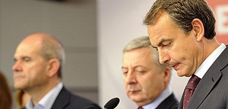 Rostros serios en la comparecencia de Zapatero. | AFP