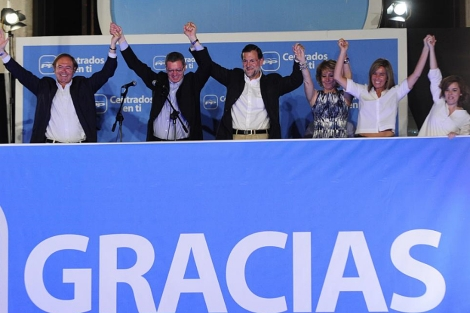 Rajoy, en el centro, celebrando con los suyos la victoria del PP. | Bernardo Díaz