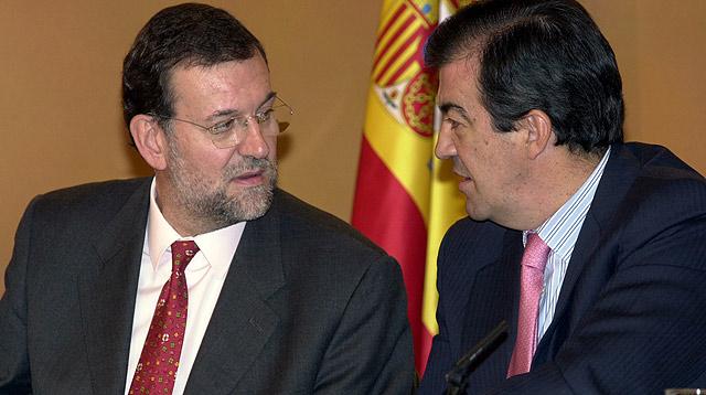 Mariano Rajoy y Álvarez-Cascos, en un Consejo de Ministros durante el Gobierno de Aznar. | J. Aymà