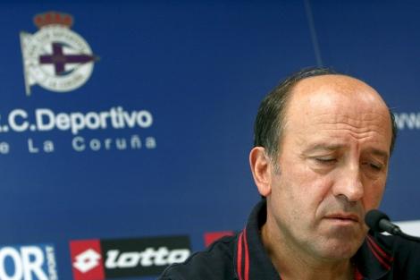 Lotina leyó un comunicado en su despedida de A Coruña.   Efe