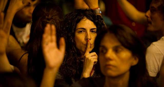 Algunos de los manifestantes que esta noche han estado en la Puerta del Sol. | Ap
