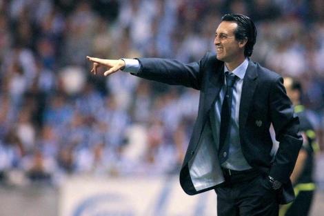 El técnico del Valencia, Unai Emery, da instrucciones a sus futbolistas. | Efe