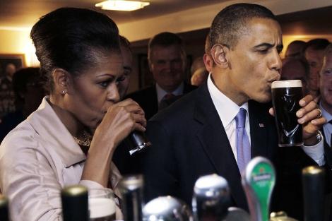 Barack Obama y su esposa Michelle se toman una cerveza Guiness en su visita a Irlanda. | Efe