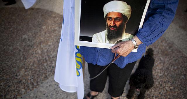Un ciudadano israelí porta una fotografía de Bin Laden ante la embajada de EEUU en Tel Aviv. | AP