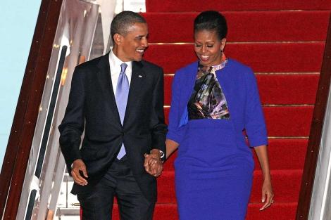 El presidente Obama y su esposa Michelle, al llegar al aeropuerto de Stansted.   Efe