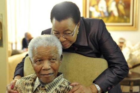 Nelson Mandela y su esposa, Graca Machel. | Reuters