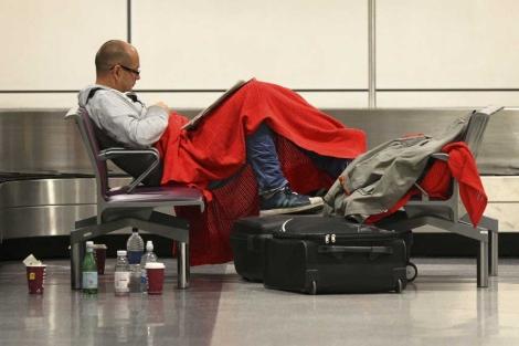 Un pasajero espera la salida de su vuelo en el aeropuerto de Edimburgo. | Ap