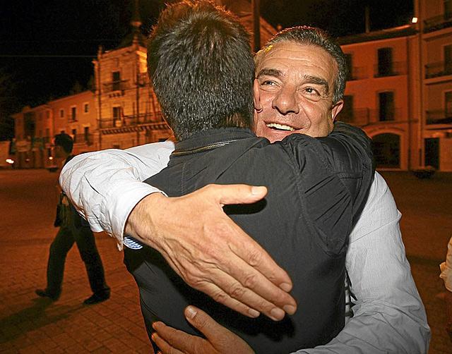 Ismael Álvarez celebró durante horas el resultado electoral, que le ha dado 5 ediles en Ponferrada.   C. Sánchez
