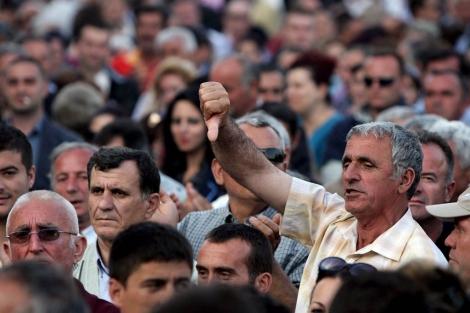 Un simpatizante de la oposición albanesa se manifiesta en contra del Gobierno.   Efe