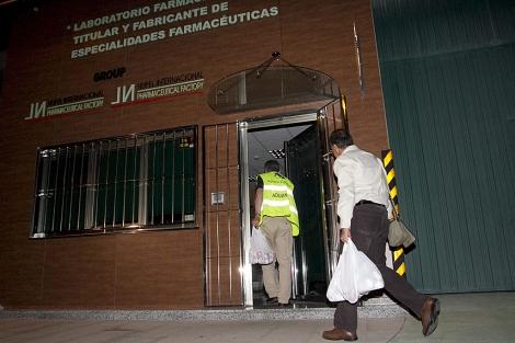 Registro de la Agencia Tributaria en la farmacéutica Nupel el martes por la noche. | Eliseo Trigo