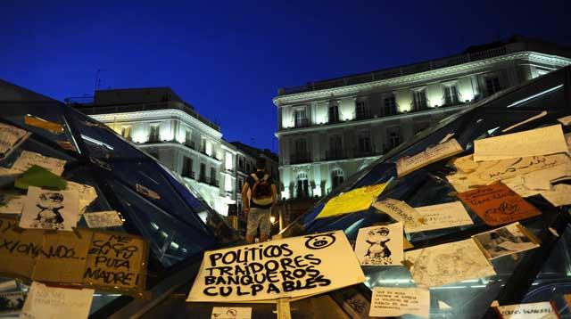 Carteles de protesta en el intercambiador de Sol. | Afp