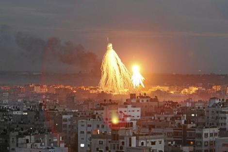 Una bomba de racimo sobre el cielo de Gaza, en el pasado conflicto en 2009.| Abdel kareem hana
