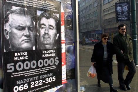 Imagen de un cartel en Sarajevo, en 2002, que ofrece 5 millones de dólares por Mladic. | Ap