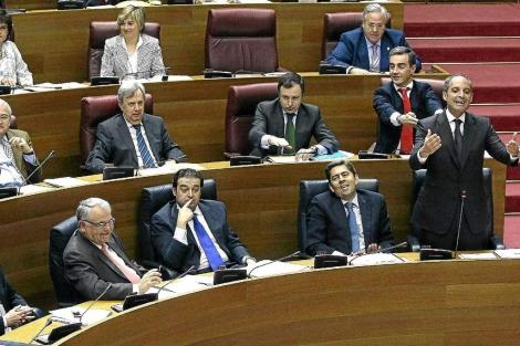 Francisco Camps, en las Cortes, rodeado por los principales cargos del PP. | Vicent Bosch