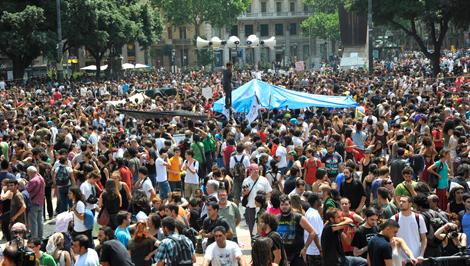 La plaza, de nuevo abarrotada, tras el abandono policial. | Santi Cogolludo