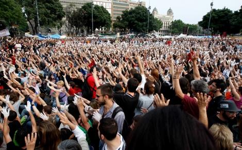 Miles de personas alzan sus manos blancas al cielo en señal de protesta. | Antonio Moreno