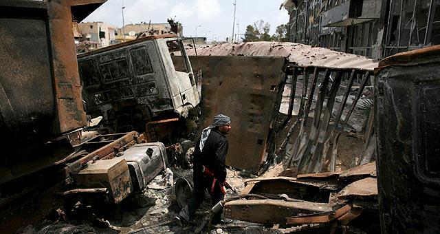 Restos de vehículos calcinados tras un enfrentamiento entre tropas del régimen y revolucionarios. | Efe
