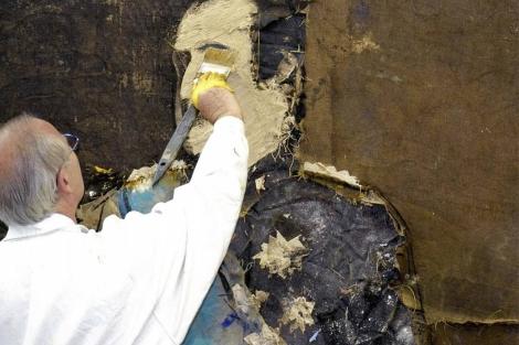 El pintor Manuel Valdés ultimando el retrato del Rey.  EL MUNDO