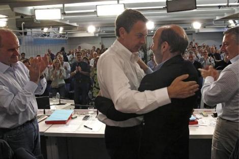 Zaoatero abraza a Rubalcaba durante la reunión del Comité Federal.   PSOE