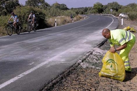 Un operario de conservación de carreteras retira los últimos restos del siniestro. | Efe