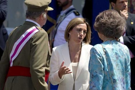 Carme Chacón, conversa con los Reyes, en Málaga. | Efe