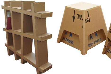 Una estantería y un taburete, hechos con cartón reutilizado.