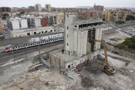 Una grúa empieza a demoler los silos de San Blas.   Roberto Pérez