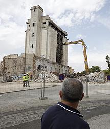 Un vecino observa la demolición.   R.P.