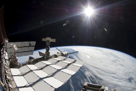 Imagen del exterior de la ISS facilitada por la NASA.   Efe