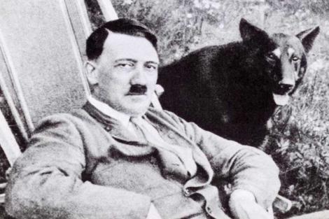 El dictador Adolf Hitler y su perra. | E. M.