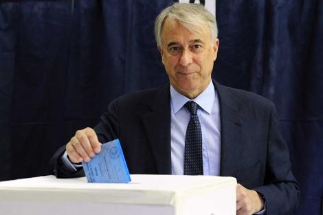 Giuliano Pisapia deposita su voto en un colegio electoral de Milán. | Reuters