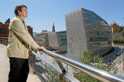 Eduardo Múgica, uno de los arquitectos de la obra junto al edificio municipal bilbaíno. | Mitxi
