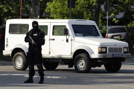 El vehículo que trasladó a Ratko Mladic, en la entrada del aeropuerto de Belgrado. | Reuters
