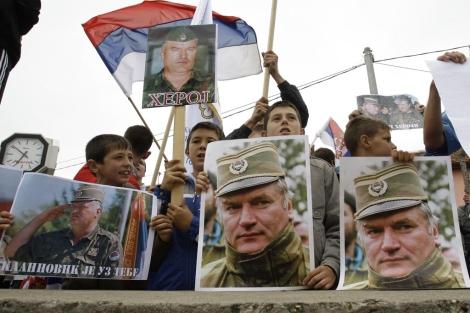 Niños serbobosnios muestran fotos de Mladic y banderas de Serbia. | AP