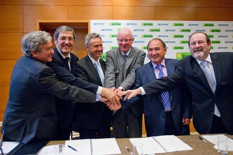 Los directivos de Bankoa Crédit Agricole y de Ipar Kutxa firman el acuerdo. | Mitxi