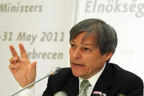 Dacian Ciolos, atiende a los medios en la rueda de prensa en Hungría.  Efe