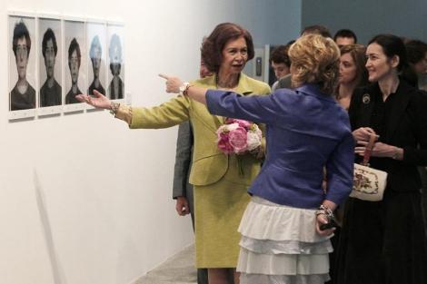La Reina charla con Esperanza Aguirre ante Ángeles González-Sinde. | Efe