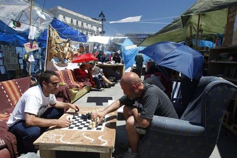 Indignados jugando al ajedrez/ Javier Barbancho