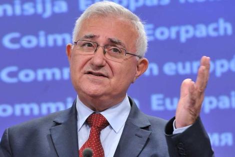 El comisario John Dalli, en una rueda de prensa en Bruselas.| afp