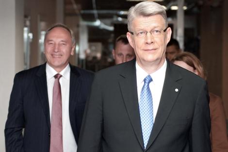 Valdis Zatlers (d.) y Andris Berzins (i.), nuevo presidente de Letonia. | Afp
