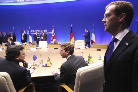 Barroso (i), con M. Zuckerberg, de Facebook y D. Medvedev (d).  Ap
