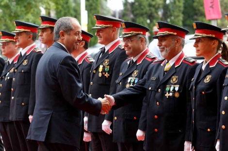 Felip Puig saludo a algunos de los mandos de los Mossos d'Esquadra. | Antonio Moreno