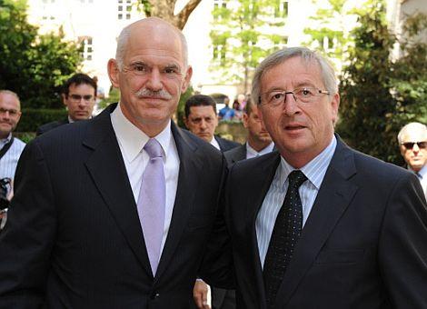 El primer ministro de Luxemburgo, Jean-Claude Juncker (dcha), junto al primer ministro griego, George Papandreou. | Afp