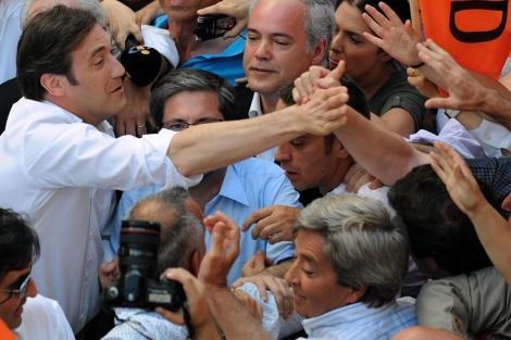 Coelho, aclamado por sus seguidores en Porto.   AP