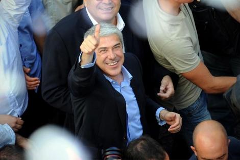 Sócrates saluda a sus partidarios en un acto de campaña en Porto. | AP