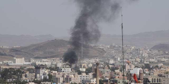 Imagen de la casa de uno de los líderes tribales en Saná, que ha sido atacada. | Efe